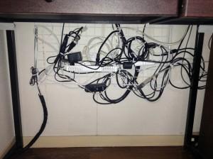 画像1:机の下の配線